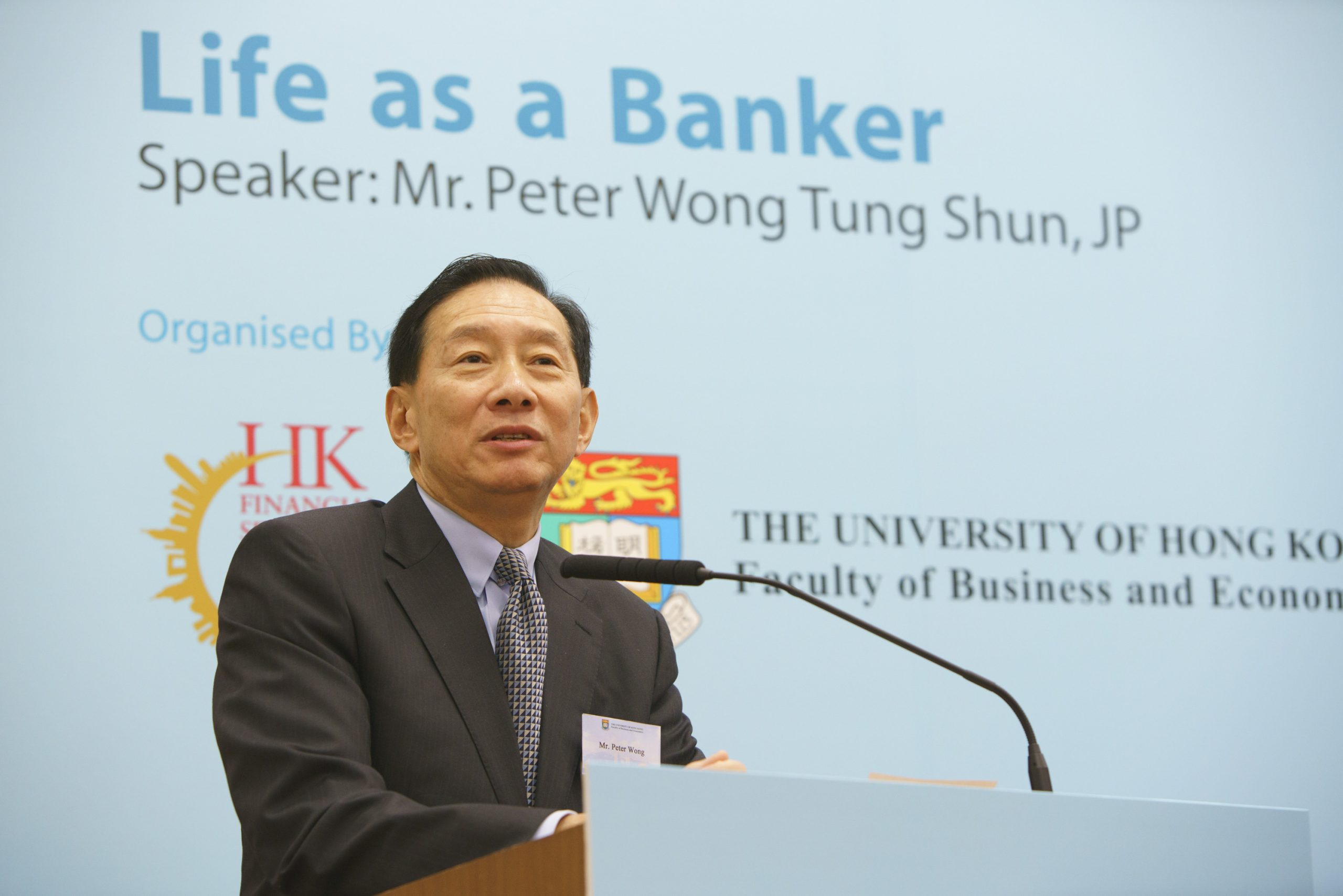 "Mr. Peter Wong Tung Shun delivers speech entitled ""Life as a Banker"" at the Convocation Room, HKU. 王冬勝先生在香港大學畢業生議會廳以「銀行家之路」為題進行演講。"